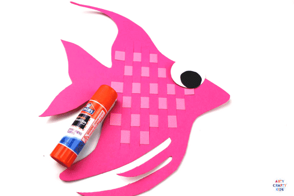 Arty Crafty Kids | Craft Ideas for Kids | Woven Angel Fish Craft for Kids - a simple craft for an under the sea theme , combining printing and weaving techniques to create a gorgeous Angel Fish #finemotorskills #finemotor #undertheseacraftsforkids #craftideasforkids #kidscraft