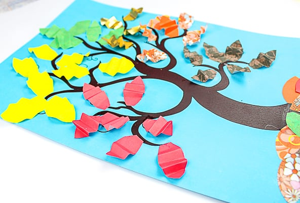 Arty Crafty Kids | Crafts for Kids | Accordion Leaf Autumn Tree Craft for Kids - create a 'crunchy' autumn leaf effect with the accoridon fold #autumntree #autumncrafts #kidscrafts #craftsforkids
