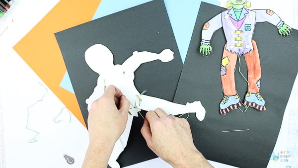 Arty Crafty Kids - Halloween Printable Puppets - A playful Halloween paper craft for Kids! #halloweencrafts #papercrafts #kidscrafts