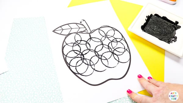 Arty Crafty Kids | Back to School Circle Print Apple Craft | A fun and simple back to school apple craft for kids, with a printable apple template #artycraftykids #autumncrafts