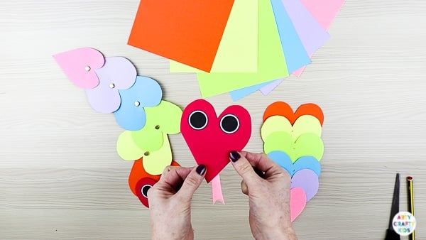 Wriggly Heart Snake Craft | Wriggly Valentine's Day Heart Snake Craft for Kids. A fun and easy paper snake craft that can be created with our printable snake template #artycraftykids