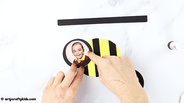 Bee card for kids to make this Mother's Day or Father's Day. An easy Mother's Day craft for kids that can be completed with a printable bee template.