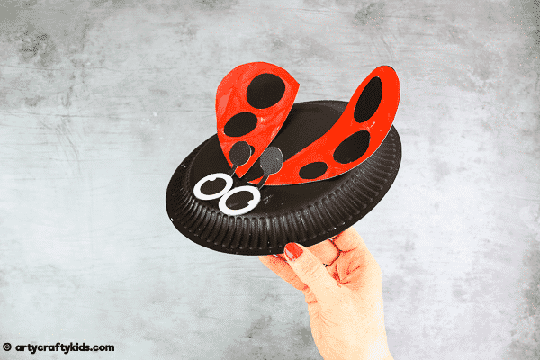 Paper Plate Ladybug Craft for Kids to make. Easy Spring crafts for bug and mini-beast topic.