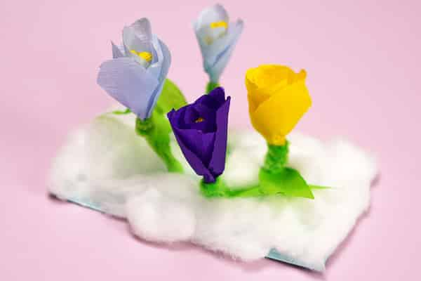 Pipe Cleaner Spring Flower Craft: This lovely pipe cleaner spring flowers craft is fun and super easy! Ideal for pre-schoolers and school early years, it's really tactile with the crispy crepe paper and the bendy, fuzzy pipe cleaners.