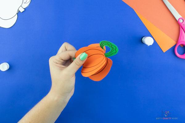 Image montrant une boule de citrouille terminée et l'achèvement du didacticiel d'artisanat de citrouille en papier.