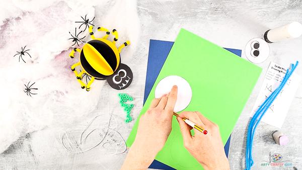 Image montrant le corps de l'araignée tracé sur du papier cartonné coloré.