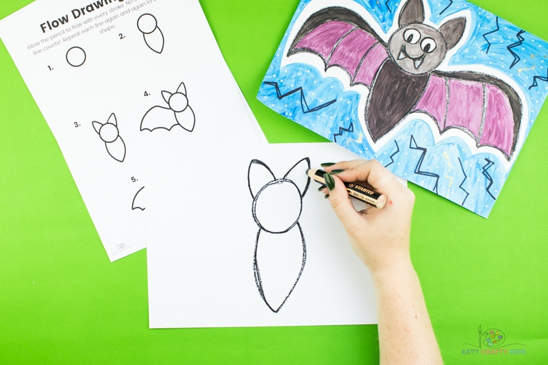 Dessinez deux formes triangulaires au-dessus du cercle pour former les oreilles de la chauve-souris.