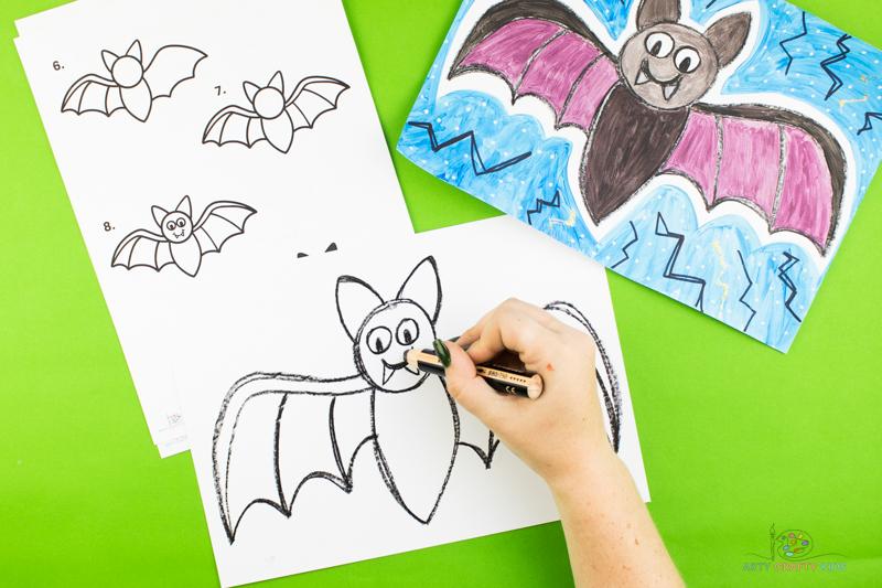 Complétez la chauve-souris avec une paire d'yeux, un sourire et deux crocs triangulaires.